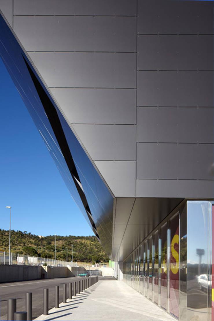 Centro Comercial Gran Jonquera: Centros comerciales de estilo  de Octavio Mestre Arquitectos