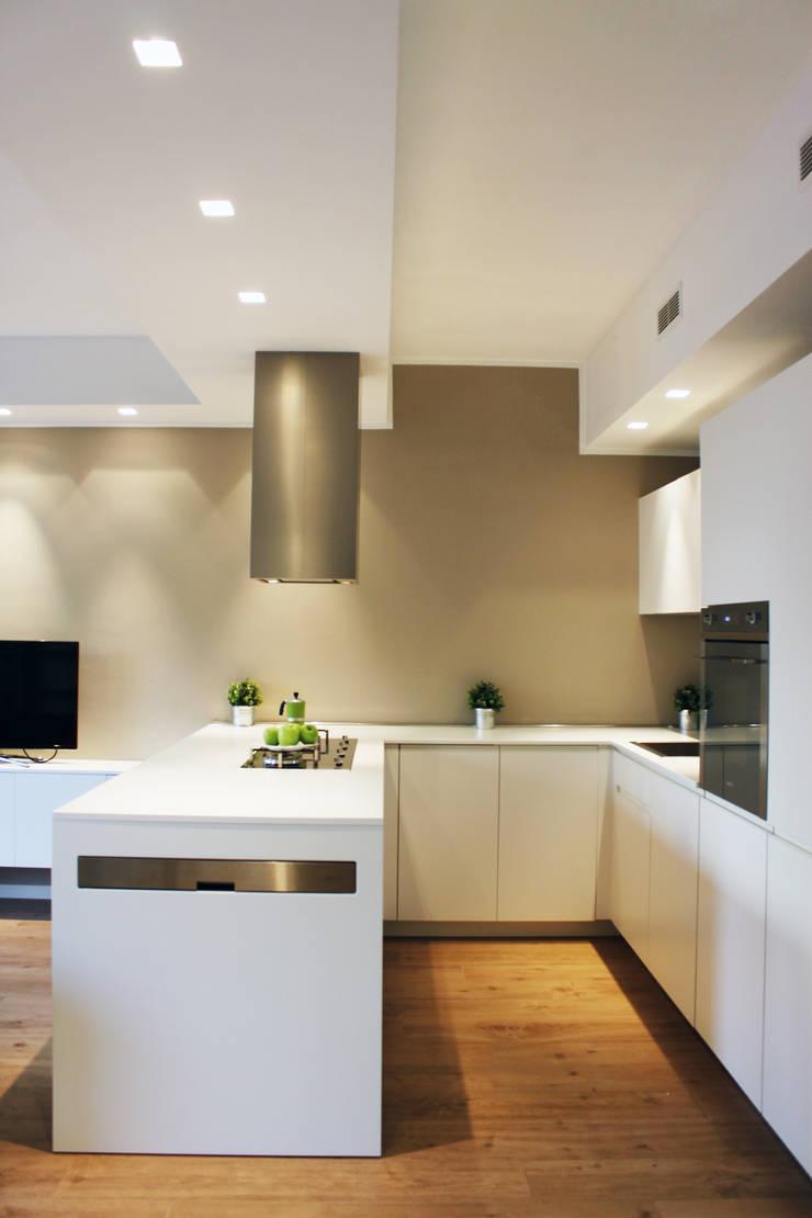 RISTRUTTURAZIONE DI UN APPARTAMENTO CON CUCINA A VISTA: Cucina in stile  di Laura Lucente Architetto
