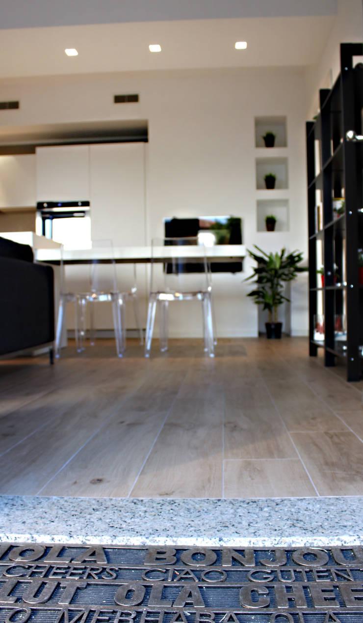 RISTRUTTURAZIONE DI UN APPARTAMENTO CON CUCINA A VISTA: Pareti & Pavimenti in stile  di Laura Lucente Architetto