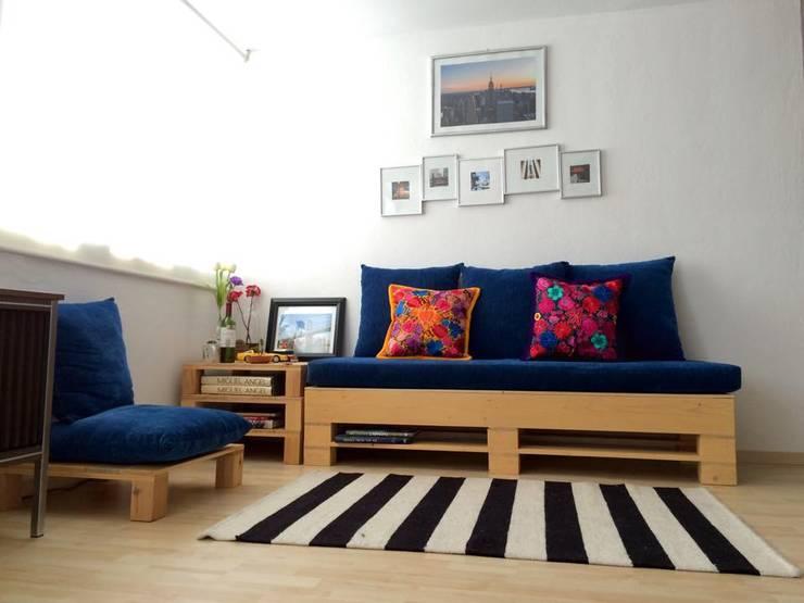 Sala de pallet: Salas de estilo escandinavo por amiko espacios