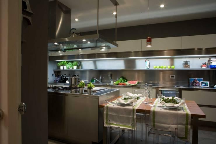 il progetto di una villa: Cucina in stile in stile Moderno di archbcstudio