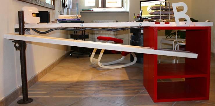 scrivania creativa: Studio in stile  di VALENTINA BONANDIN STUDIO TECNICO