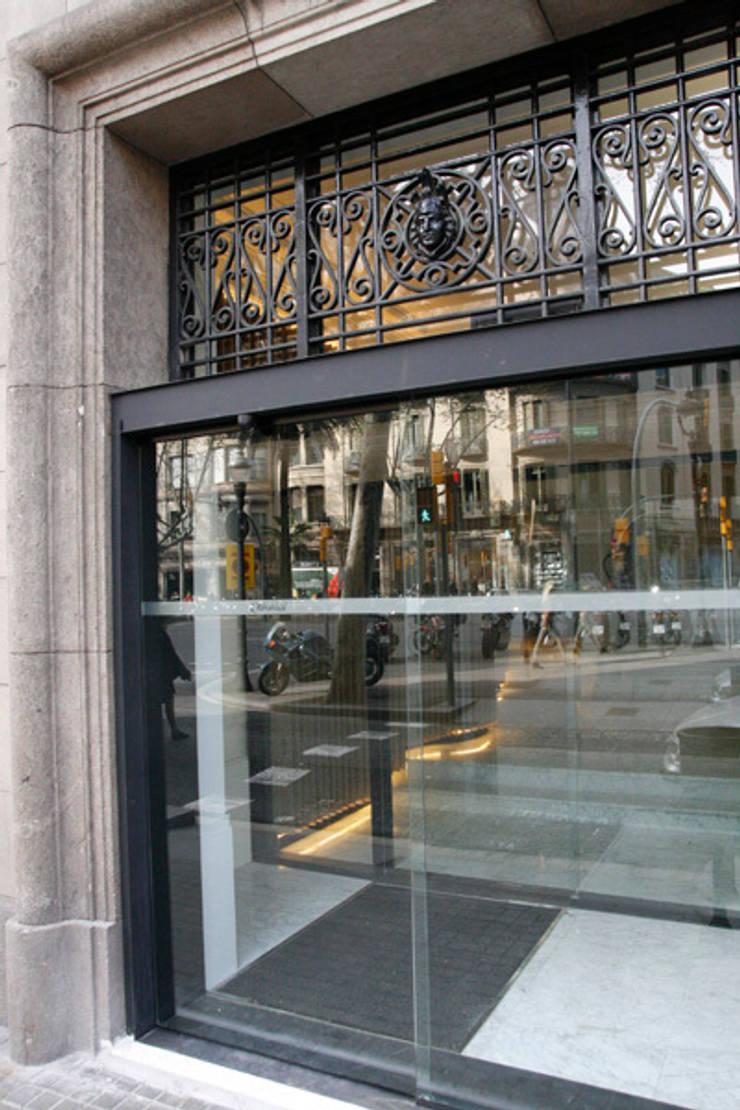 Diagonal 409: Pasillos y vestíbulos de estilo  de Octavio Mestre Arquitectos