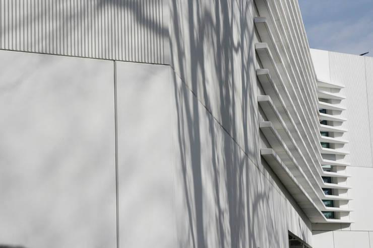 Edificio de Oficinas para el CERN: Oficinas y Tiendas de estilo  de Octavio Mestre Arquitectos