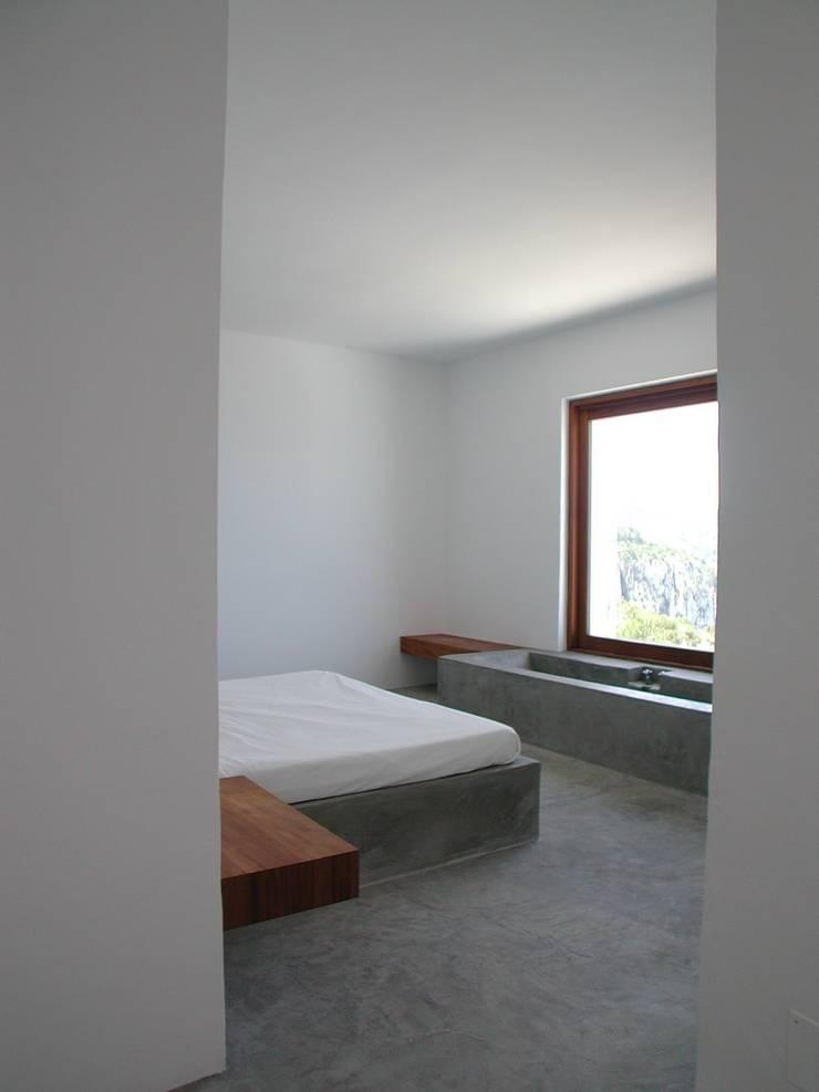 Camera da letto in stile  di Ramón Esteve Estudio