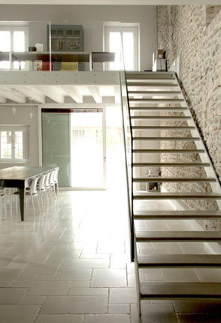 Residenza estiva: Ingresso & Corridoio in stile  di archiplanstudio