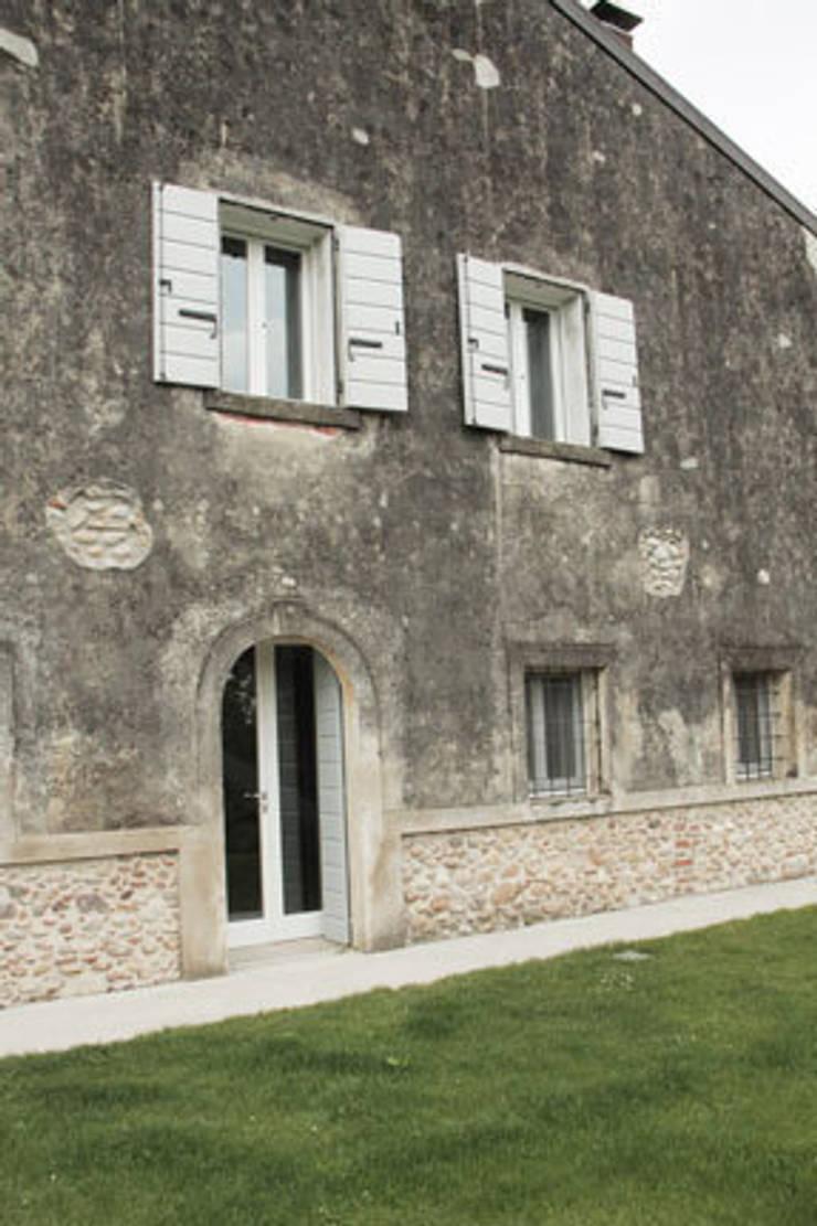 Residenza estiva: Case in stile  di archiplanstudio