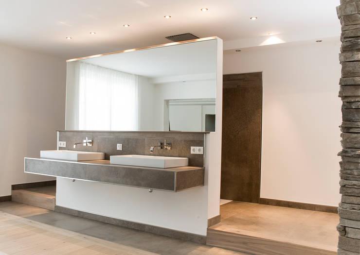 Wellnessoase in Einfamilienhaus bietet viel Platz zum Entspannen:  Badezimmer von Pientka - Faszination Naturstein