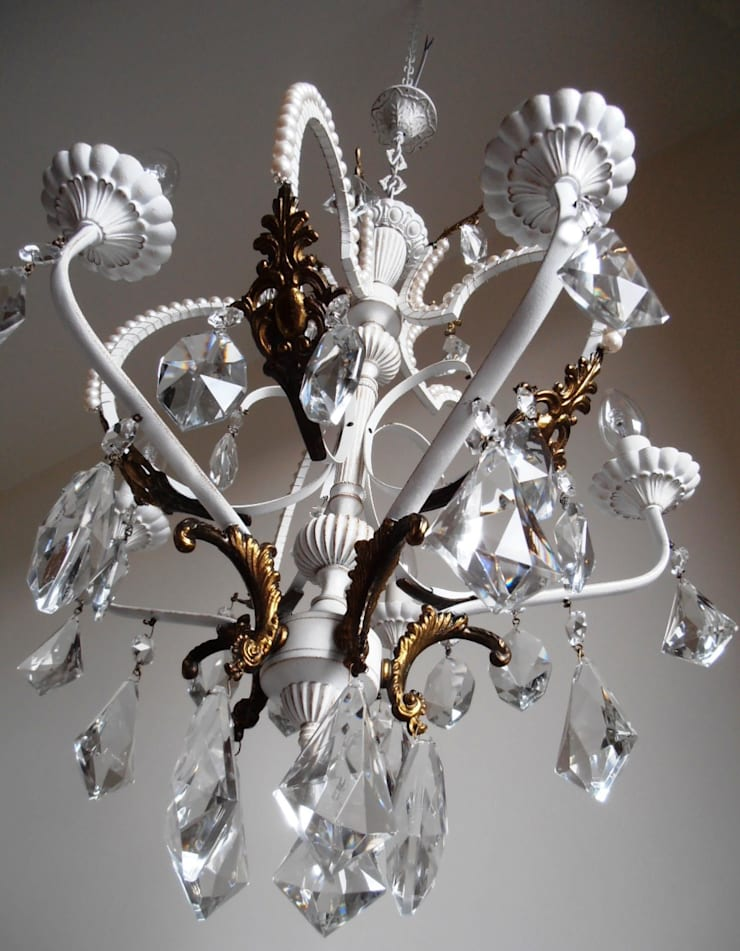 Paris light – white chandelier with faux pearls: Soggiorno in stile  di Milan Chic Chandeliers