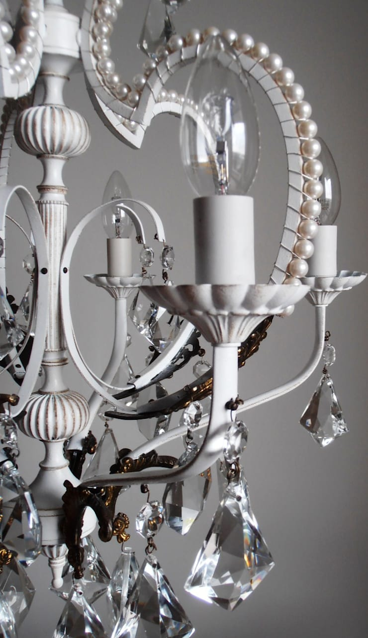 Paris light - white chandelier with faux pearls: Soggiorno in stile  di Milan Chic Chandeliers