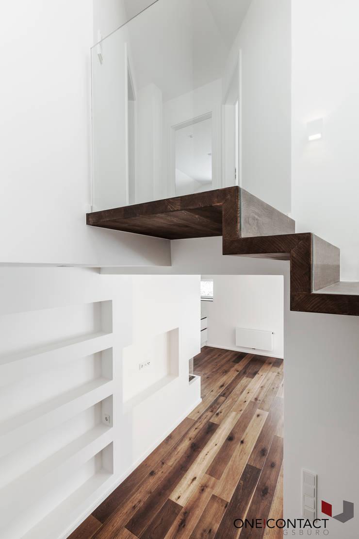 Pasillos y recibidores de estilo  por ONE!CONTACT - Planungsbüro GmbH
