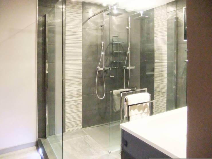 Salle d'eau dans une suite parentale: Salle de bains de style  par HOME feeling