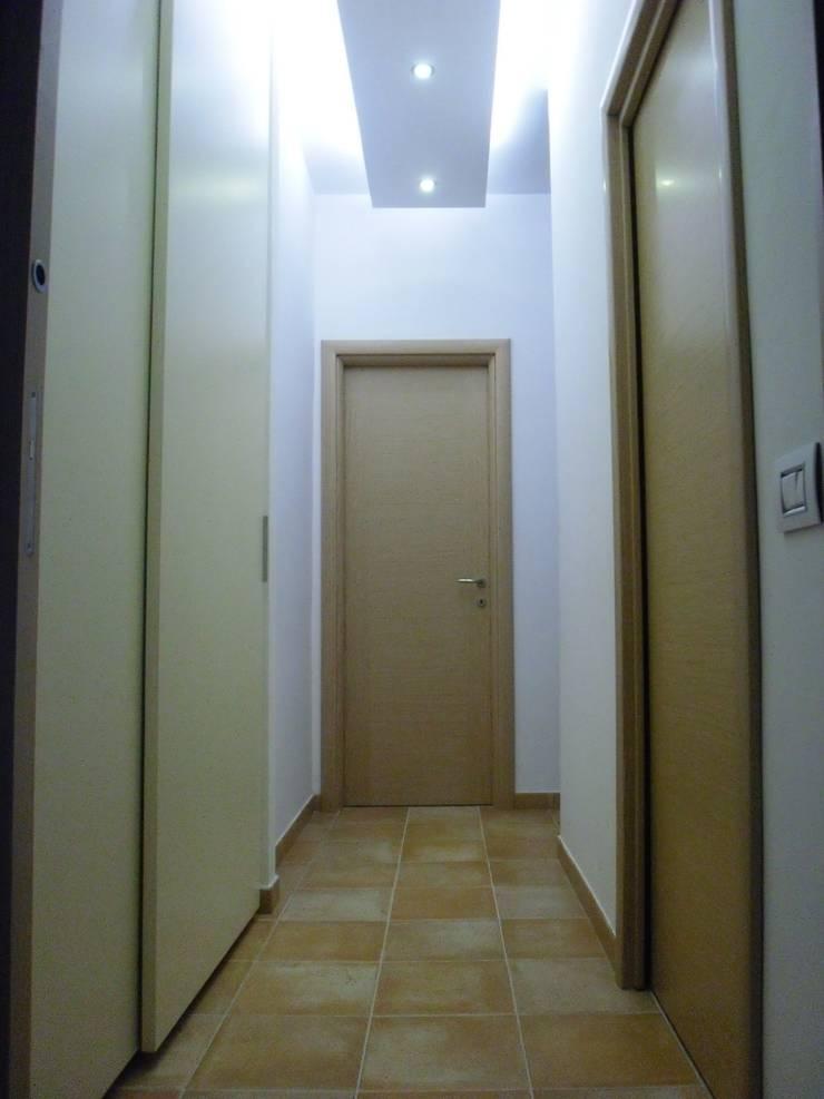 Ristrutturazione abitazione privata: Ingresso & Corridoio in stile  di Barbato Design | LE