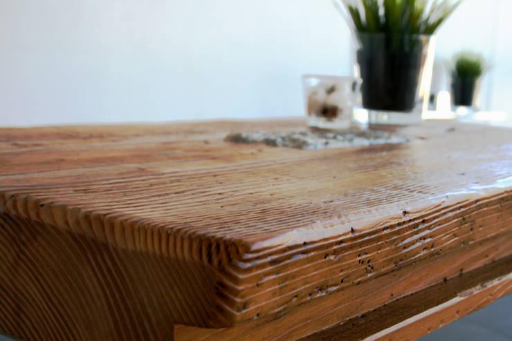 Couchtisch Granit - Designmöbel aus antikem Holz: moderne Wohnzimmer von woodesign Christoph Weißer