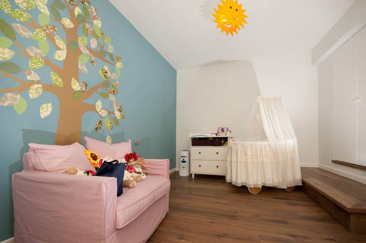 Ristrutturazione di una villa bifamiliare su tre livelli in Roma – 240 mq: Stanza dei bambini in stile  di Fabiola Ferrarello architetto