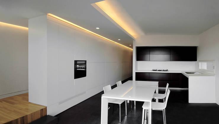 casa m: Cucina in stile in stile Moderno di morana+rao architetti