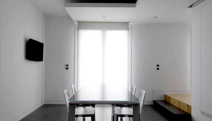 casa m: Sala da pranzo in stile  di morana+rao architetti