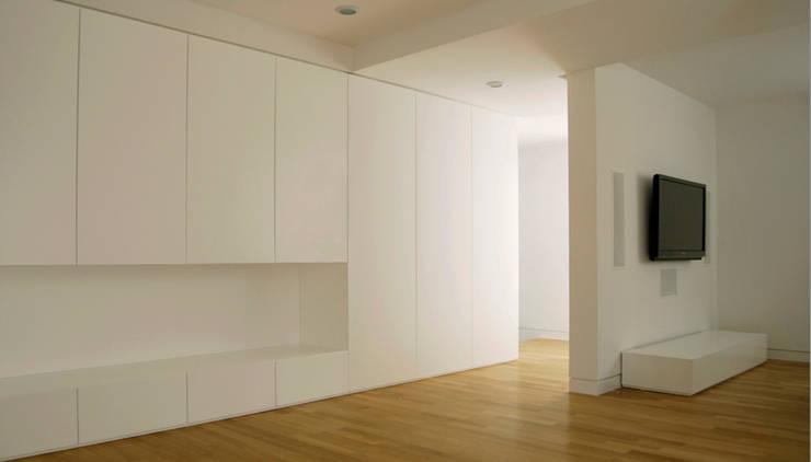 casa m: Soggiorno in stile in stile Moderno di morana+rao architetti