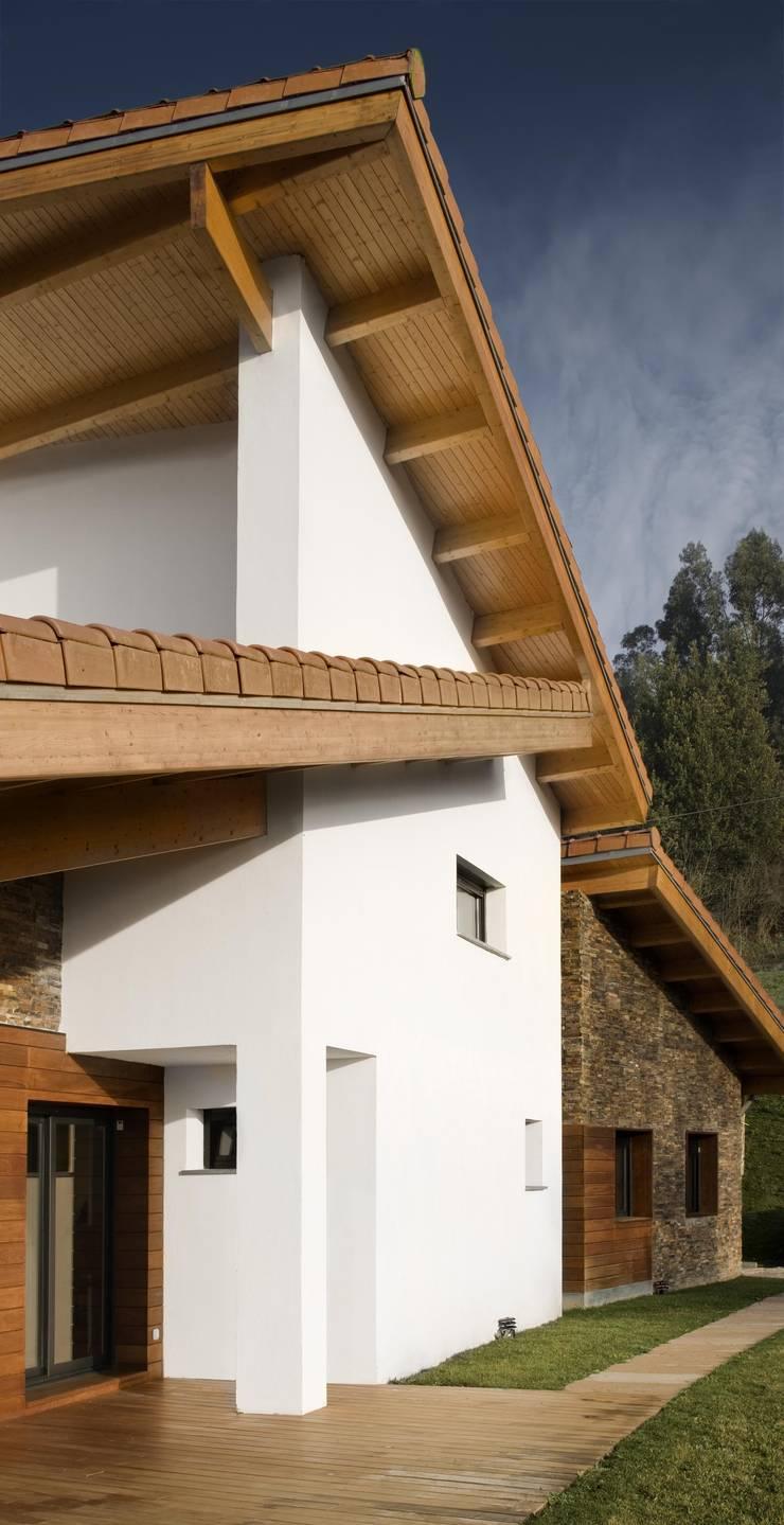 Vivienda en Urduliz: Casas de estilo mediterráneo de IA+B arkitektura taldea