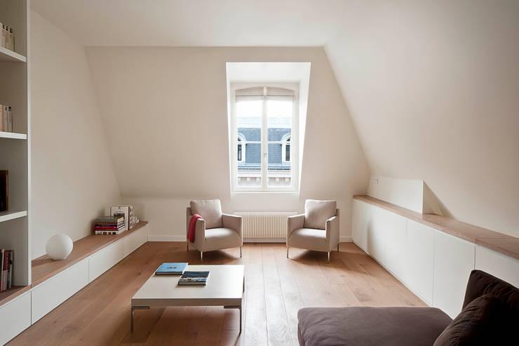 Apartment renovation in Paris-7th: Soggiorno in stile in stile Minimalista di GIULIANO-FANTI ARCHITETTI