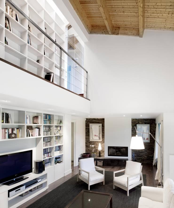 Vivienda en Urduliz: Salones de estilo mediterráneo de IA+B arkitektura taldea