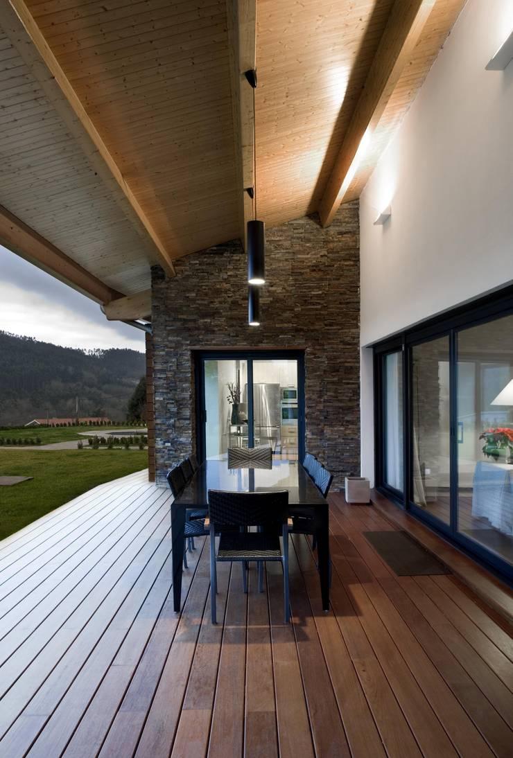 Vivienda en Urduliz: Jardines de estilo mediterráneo de IA+B arkitektura taldea