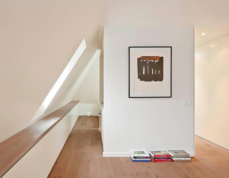 Apartment renovation: Soggiorno in stile in stile Minimalista di GIULIANO-FANTI ARCHITETTI