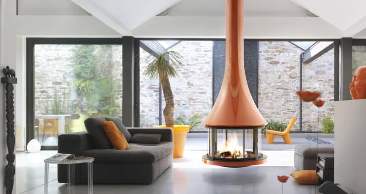 Cheminée Zelia 908 color: Salon de style  par GROUPE SEGUIN DUTERIEZ