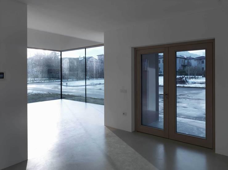 Showroom Wolf-Fenster : Negozi & Locali commerciali in stile  di LR Architetti