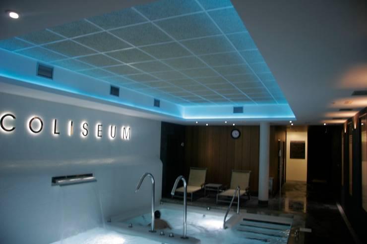 Centro deportivo en Vigo: Gimnasios domésticos de estilo  de HUGA ARQUITECTOS