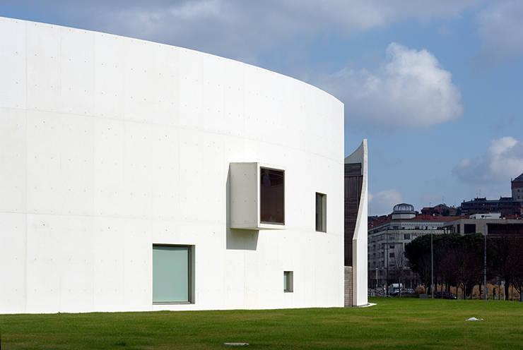 Vista desde el sur con la entrada al jardín interior, ventanas y mirador: Escuelas de estilo  de JAAM sociedad de arquitectura
