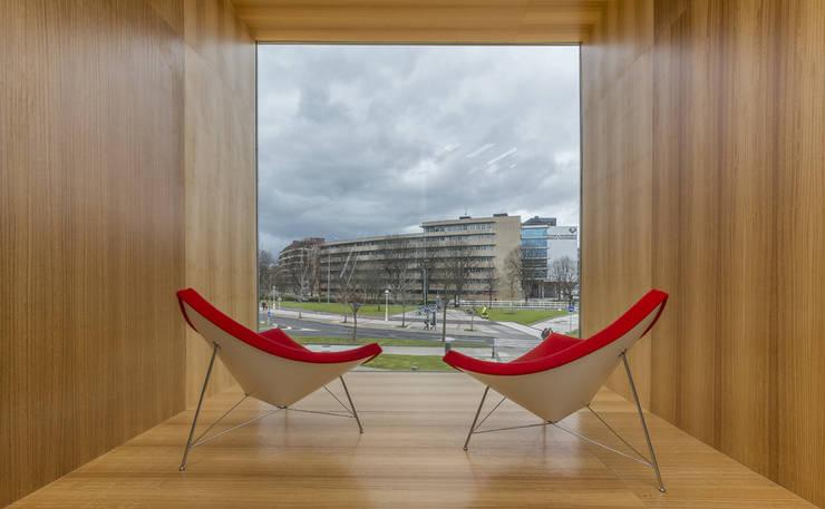 uno de los miradores desde el interior: Escuelas de estilo  de JAAM sociedad de arquitectura