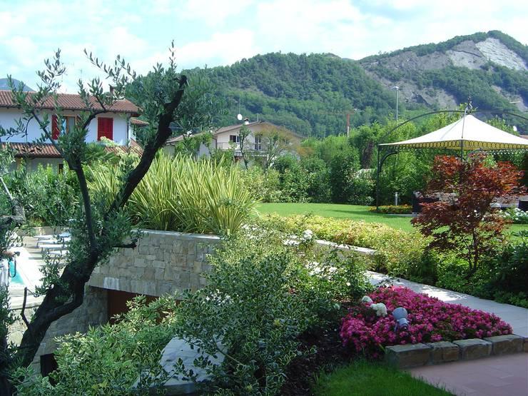 Giardino privato con piscina al lago: Giardino in stile in stile Moderno di Studio Green Design