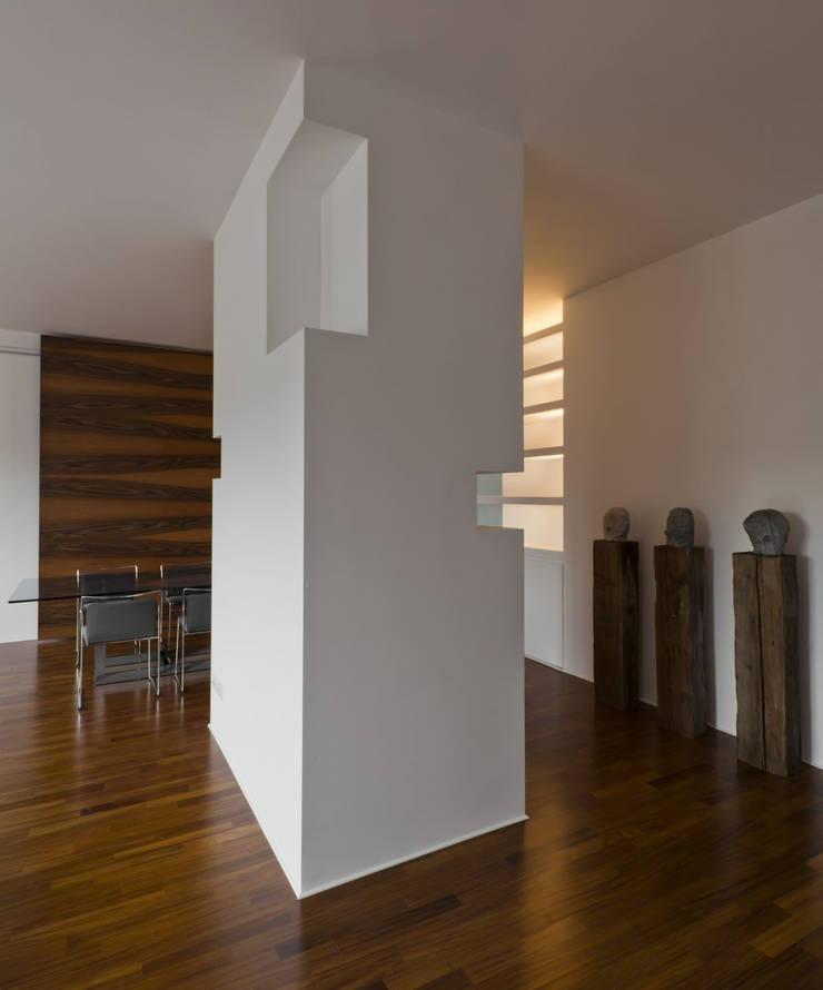 CASA GUGLIELMA: Soggiorno in stile in stile Minimalista di DELISABATINI architetti