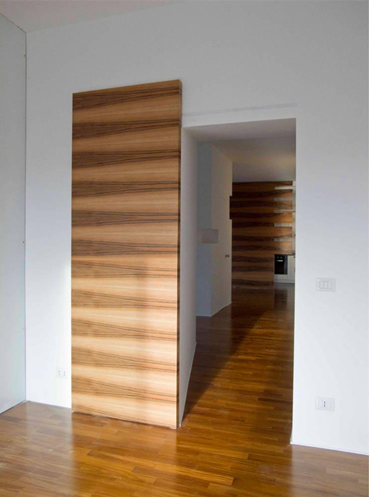 CASA GUGLIELMA: Ingresso & Corridoio in stile  di DELISABATINI architetti
