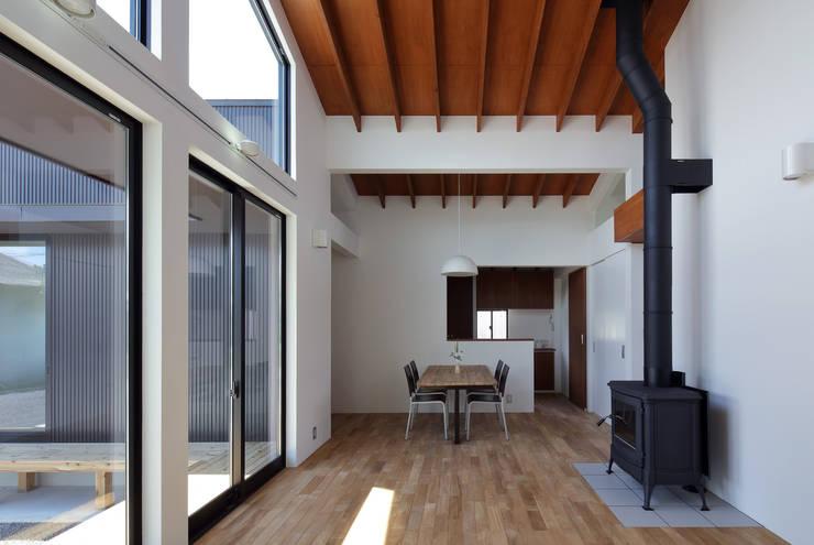 信楽の住宅: 加藤淳一建築設計事務所/JUNICHI KATO & ASSOCIATESが手掛けたリビングです。