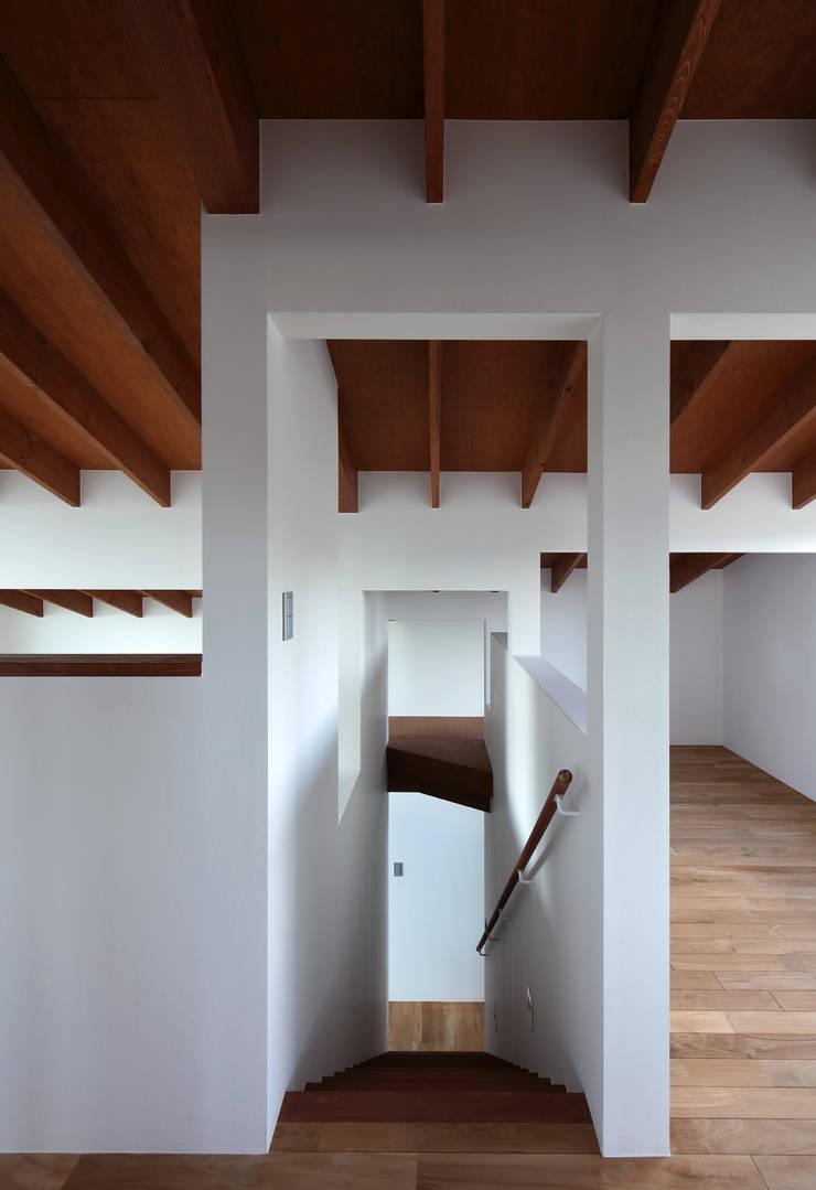 信楽の住宅: 加藤淳一建築設計事務所/JUNICHI KATO & ASSOCIATESが手掛けた廊下 & 玄関です。