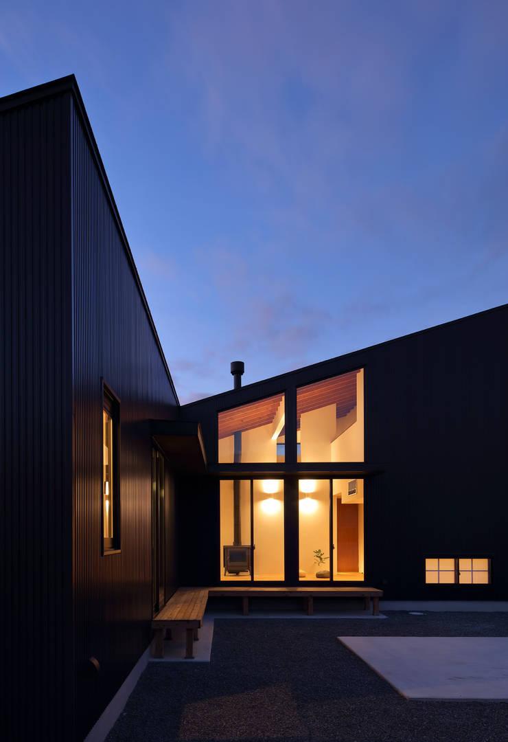 信楽の住宅: 加藤淳一建築設計事務所/JUNICHI KATO & ASSOCIATESが手掛けた家です。