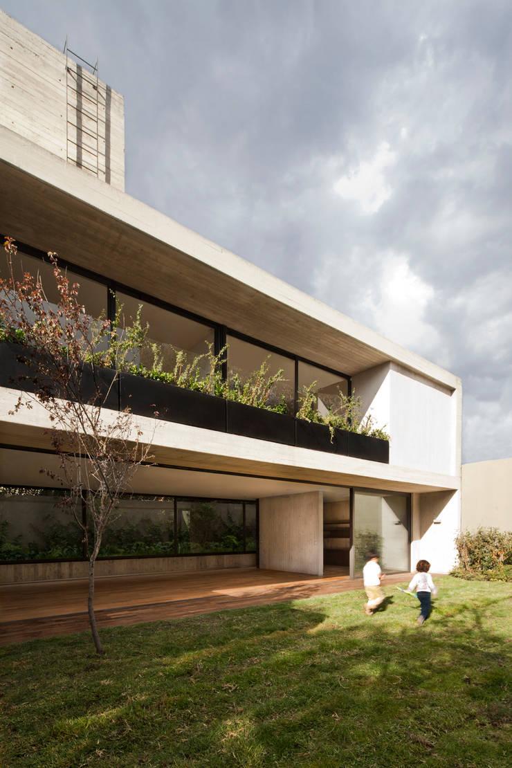 Casa Maruma: Terrazas de estilo  de © Sandra Pereznieto