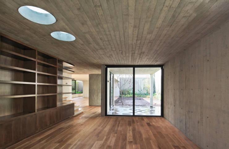 Casa Maruma: Estudios y despachos de estilo  de © Sandra Pereznieto