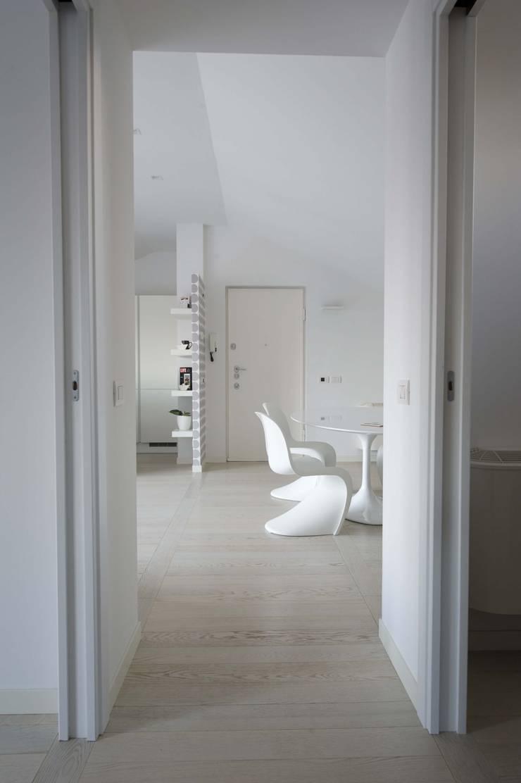 nordica: Ingresso & Corridoio in stile  di bloom graficamentearchitettato