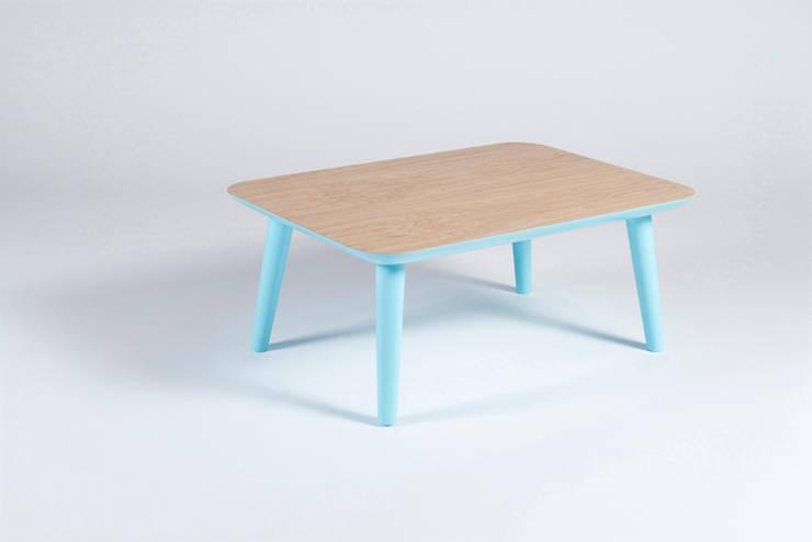 Mesa de salón de madera maciza y patas azules: Salones de estilo  de Muka Design Lab