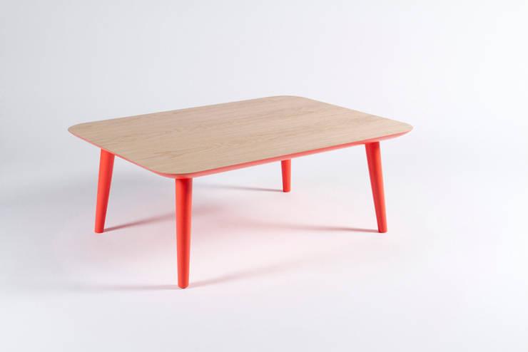 Mesa de salón de madera maciza y patas rojas: Salones de estilo  de Muka Design Lab