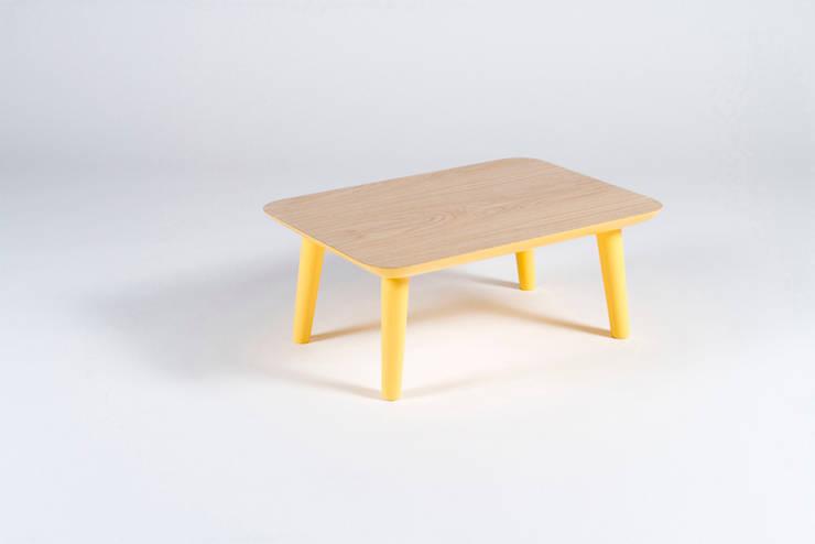 Mesa de salón de madera maciza y patas amarillas: Salones de estilo  de Muka Design Lab