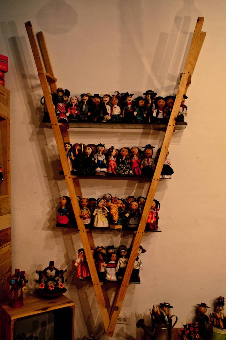 Muebles de pallet: Estudio de estilo  por amiko espacios