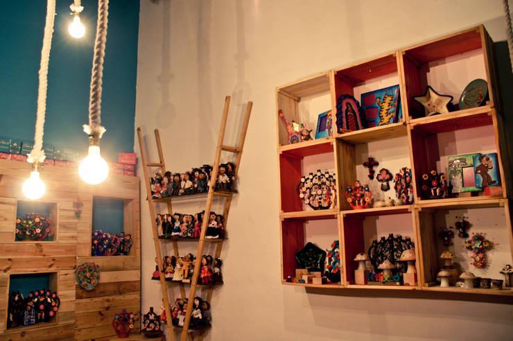 Muebles de pallet: Oficinas y tiendas de estilo  por amiko espacios