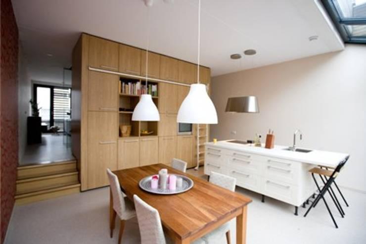 DUURZAME WONING OP VRIJ KAVEL NIEUW LEYDEN:  Keuken door D. M. Alferink architect, Modern