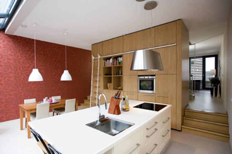 DUURZAME WONING OP VRIJ KAVEL NIEUW LEYDEN: moderne Keuken door D. M. Alferink architect