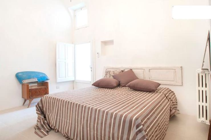 letto: Camera da letto in stile in stile Eclettico di meb progetto ambiente
