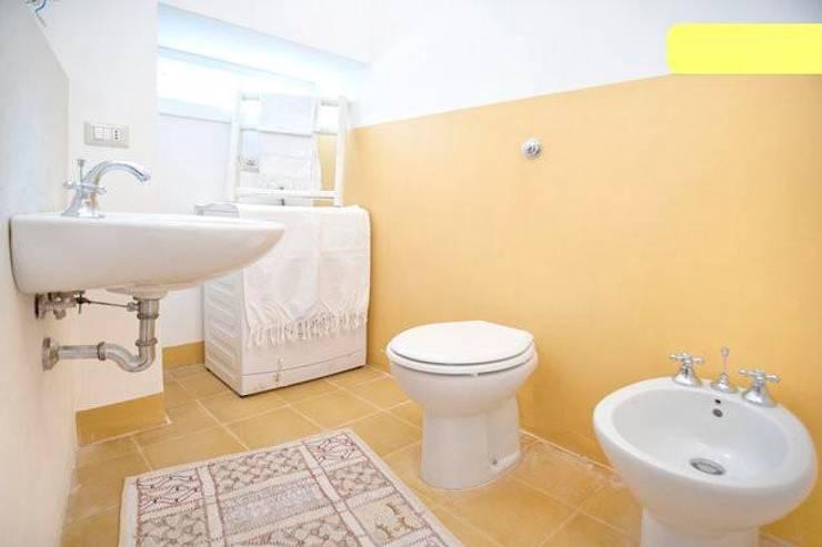 bagno: Bagno in stile in stile Eclettico di meb progetto ambiente